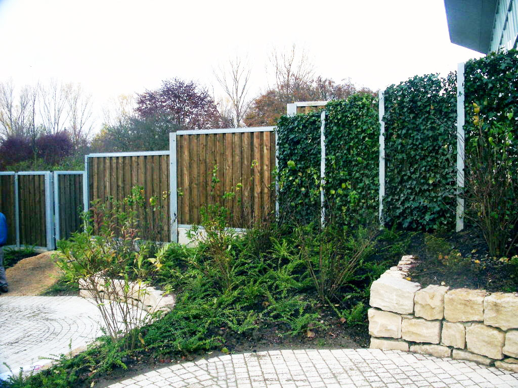 Green living fences devron ltd for Green privacy fence ideas